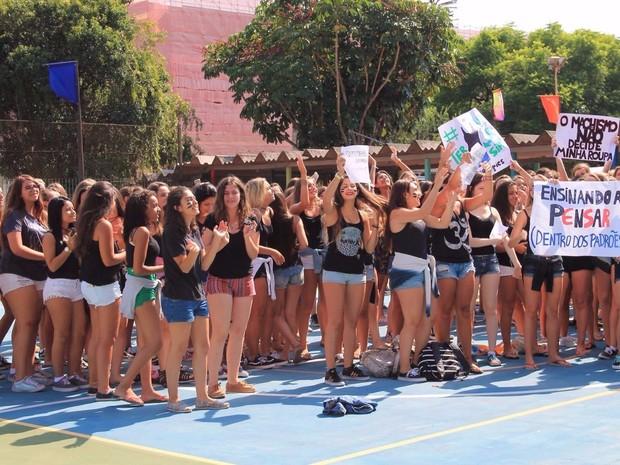 Alunas vestiram blusa preta e shorts em protesto na escola (Foto: Giulia Morschbacher/Arquivo pessoal)