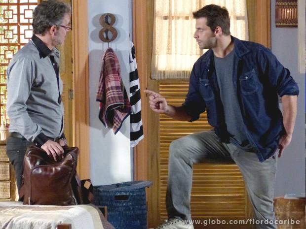 Cassiano exige que Duque conte onde está Dom Rafael (Foto: Flor do Caribe / TV Globo)