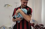 Cleberson e Luis Henrique visitaram recém-nascidos em maternidade