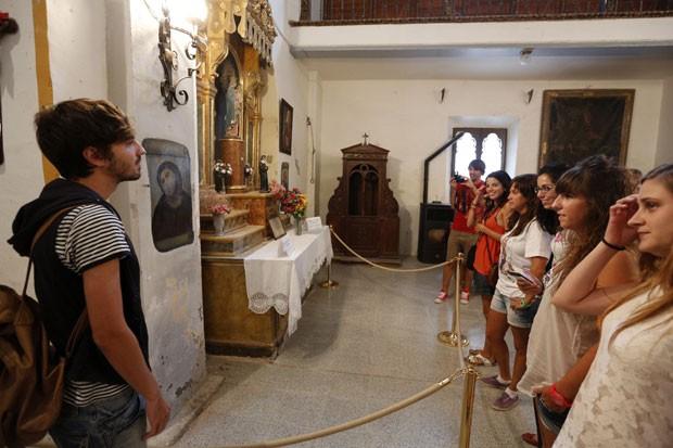 Obra tem atraído dezenas de turistas. (Foto: Cesar Manso/AFP)