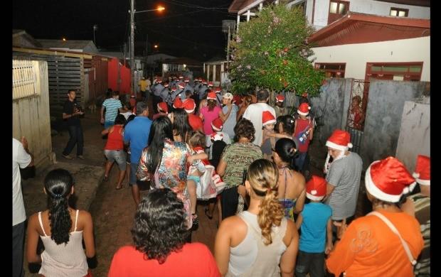 Moradores do bairro da Base, saem as ruas na cantata de natal (Foto: Reprodução TV Acre)