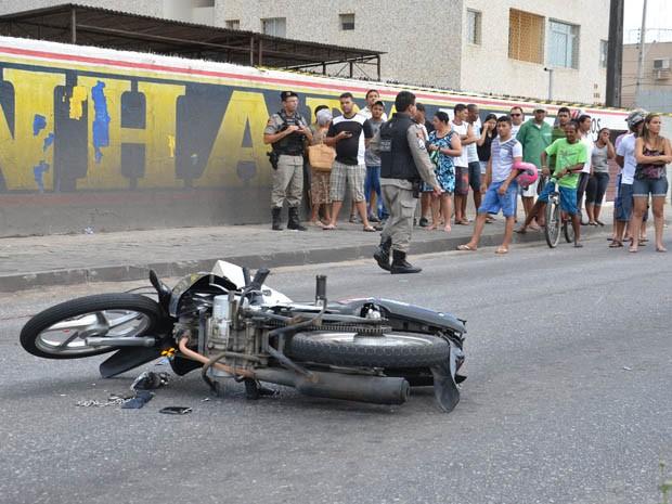 Um motociclista morreu atropelado ao cair de sua moto, após ser tocado por um carro na Avenida Sérgio Guerra, no bairro dos Bancários, em João Pessoa. A vítima morreu na hora do acidente, no início da tarde desta terça-feira (15), sendo o óbito confirmado pela 9ª Delegacia Distrital, localizada no bairro de Mangabeira. (Foto: Walter Paparazzo/G1)