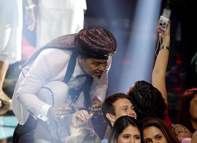 Sempre atencioso com os fãs, Brown posa com a plateia  (Foto: Isabella Pinheiro)