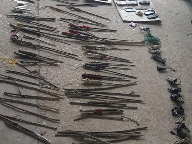'Chumchos', como falam os presos, são armas fabricadas com ferros da estrutura da penitenciária (Foto: Marco Freitas/G1)