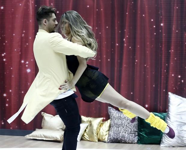 Lucas Lucco rodopia com bailarina em ensaio (Foto: Inácio Moraes/TV Globo)