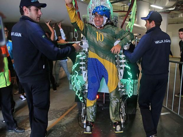 """Juliano Pinto, de 29 anos, que é paraplégico, deu um """"chute simbólico"""" em uma bola de futebol na abertura da Copa do Mundo, na Arena Corinthians, utilizando o exoesqueleto, equipamento desenvolvido pela equipe do neurocientista brasileiro Miguel Nicolelis (Foto: Reginaldo Castro/Estadão Conteúdo)"""