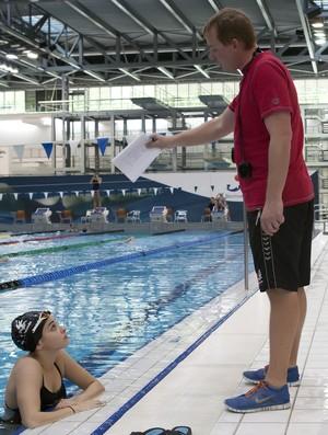 Yusra Mardini recebe orientações do técnico Sven Spannekrebs (Foto: Divulgação/Spandau 04)