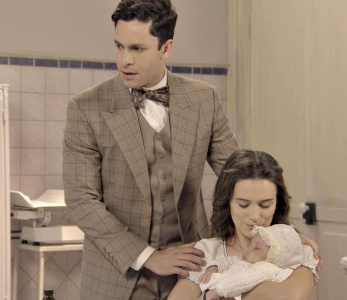 Maria e Celso escutam de médico que bebê deve passar a noite no hospital (Foto: TV Globo)