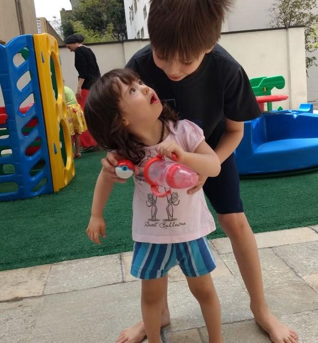Valentina e o irmão, Nicholas (Foto: Arquivo pessoal/ Cristiane Palacios)