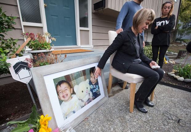 Tima Kurdi, tia de Aylan e Galip, mostra fotos dos dois sobrinhos em sua casa no Canadá (Foto: Darryl Dyck/The Canadian Press via AP)