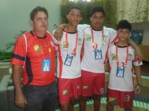 Ivan Samuel, Samuel Elias e Cândido Manoel acompanhados pelo técnico Alex Dantas (Foto: Senildo Melo/Assessoria SEE)