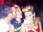 Com direito a exibição de notas de dinheiro, Miley Cyrus cai na farra