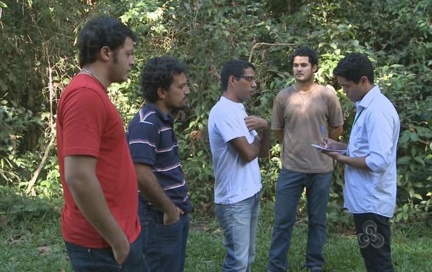 Pesquisadores e alunos da Ufac calculam a 'pega ecológica' no Acre. (Foto: Bom Dia Amazônia)