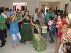 Crianças com deficiência brincam em 'bloquinho' de Carnaval na Paraíba