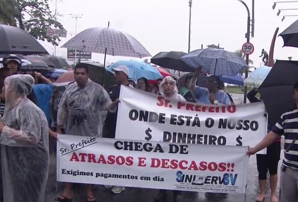 Servidores públicos manifestam em São Vicente (Foto: Reprodução/TV Tribuna)