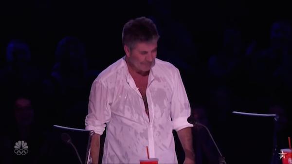 O apresentador Simon Cowell molhado após a confusão com Mel B (Foto: YouTube)