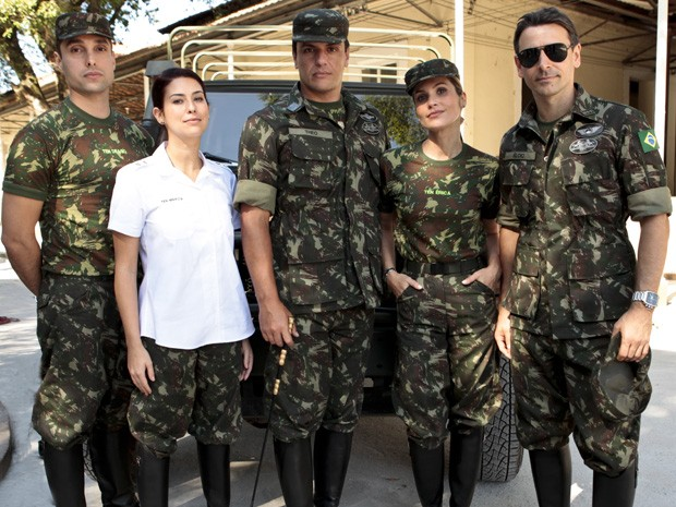 Leonardo Carvalho, Fernanda Paes Leme, Rodrigo Lombardi, Flávia Alessandra e Murilo Rosa posam no regimento (Foto: Salve Jorge/TV Globo)