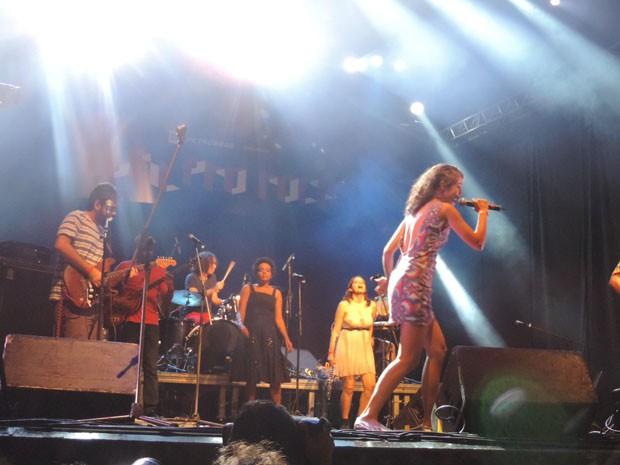 Integrantes da nova geração da música pernambucana, Orquestra Betodélica fez do palco uma verdadeira festa (Foto: Katherine Coutinho / G1)