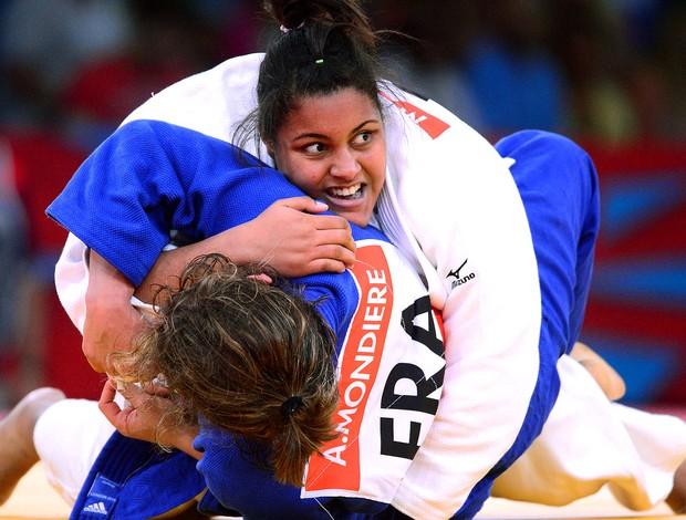 Maria Suelen na luta de judô contra Anne-Sophie Mondiere (Foto: AFP)