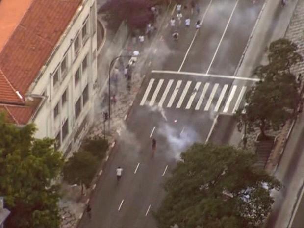 Explosão de bombas no ato do MPL (Foto: Reprodução/TV Globo)