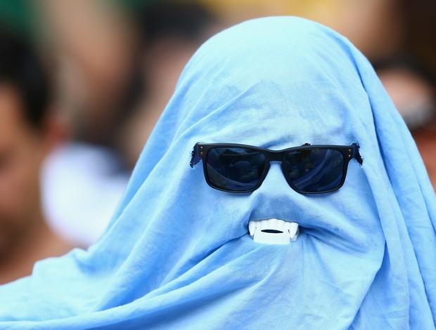 """Torcedor vestido de fantasma de 50 com dentes do """"vampiro Suárez"""" (Foto: Gettyimages)"""