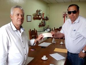 Prefeito Moacir Ribeiro recebe chegue de R$ 200 mil do vereador Juarez Carvalho (Foto: PMF/Divulgação)