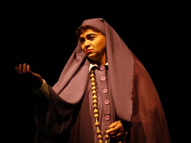 a mulher de roxo (Foto: Jo Stella/Divulgação)