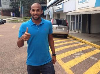 Fellipe Bastos chega para assinar com o Grêmio (Foto: Paula Menezes/GloboEsporte.com)