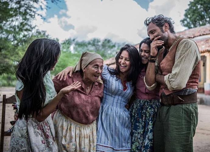 As mulheres da família dos Anjos, ao lado de Santo, vivido por Domingos Montagner (Foto: Caiuá Franco/ Globo)