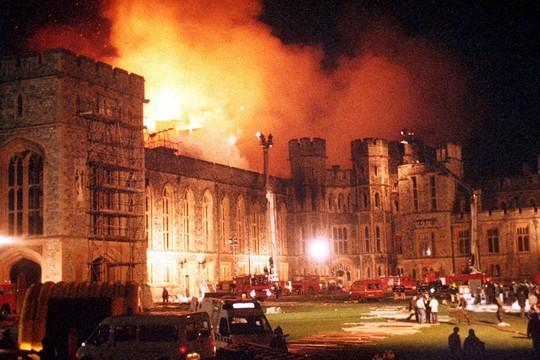 """O incêndio no castelo de Windsor, em 1992: """"annus horribilis"""" (Foto: Reprodução)"""