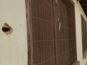 Marca mostra que tiro atingiu parede próxima à janela de uma casa (Foto: Miguel Nery / TV Mirante)