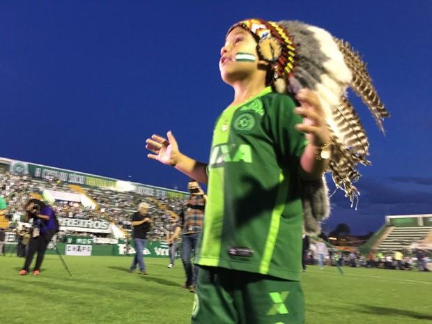 Símbolo da torcida, o indiozinho passeia pelo gramado e chama os torcedores para cantarem alto (Foto: Diego Madruga/GloboEsporte.com)