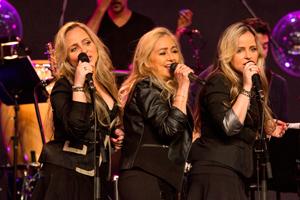 Adriana e as filhas cantam no programa (Foto: Divulgao VIVA)