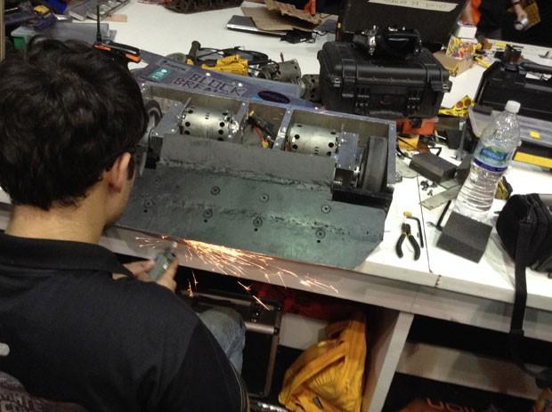 """Robô tem as """"garras"""" afiadas para participar de campeonato na Campus Party 2014, em que o objetivo é aniquilar os rivais. (Foto: Helton Simões Gomes/G1)"""