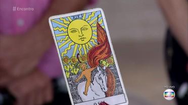 Taróloga joga cartas para convidados