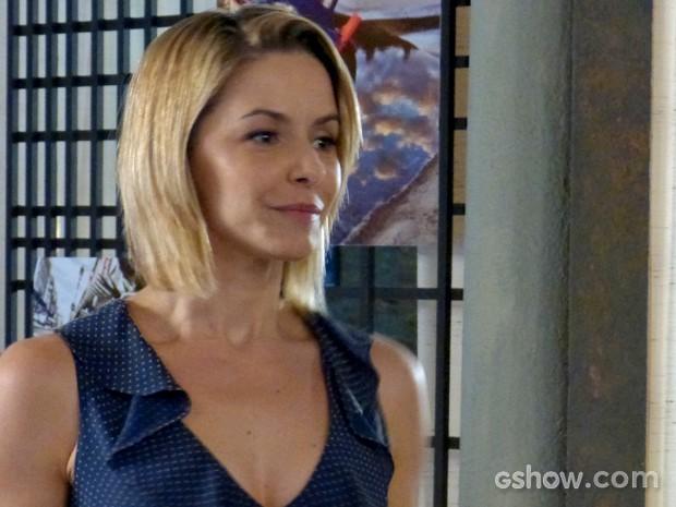 Silvia fica sem graça diante das insinuações da rival (Foto: Em Família/ TV Globo)