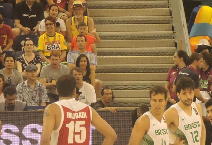 Ao fundo, de camisa laranja, Gustavo Machado observa o pai, Marcelinho Machado, em ação contra o Irã (Foto: Fabio Leme)