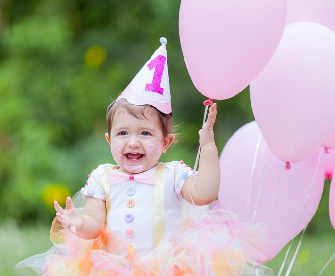 Que princesa! Gigi brinca com os balões (Foto: Artur Meninea/Gshow)