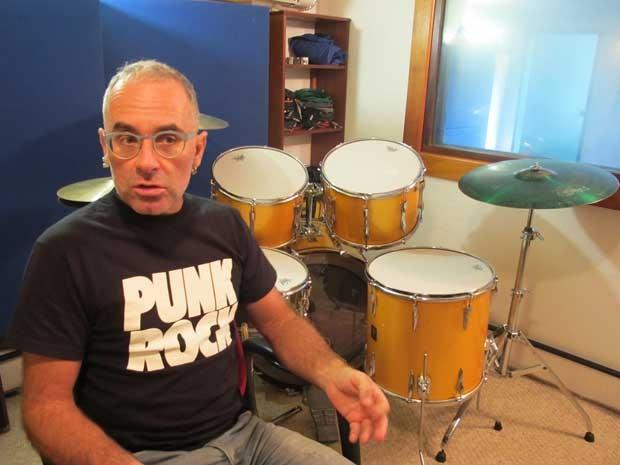 O baterista do Capital Inicial, Fê Lemos, ao lado da bateria dos tempos de Aborto Elétrico (Foto: Lucas Nanini/G1)