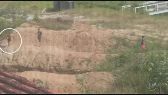 Crianças se arriscam em 'lagoa' de obra abandonada do Sesi em Amparo