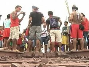 Índios ocuparam trecho da rodovia na terça-feira (2). (Foto: Reprodução/O Estado)