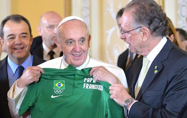 Papa recebe camisa das Olimpíadas de Carlos Nuzman (Foto: Reuters)