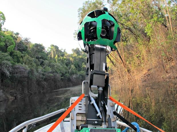 Mochila com aparelho que captar as imagens em 360º navegou por igarapés e rios na Floresta Amazônica (Foto: Divulgação/Gabriel Ribenboim)
