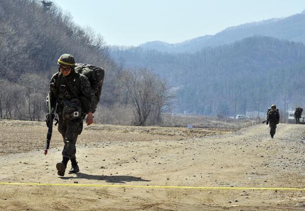 Soldados sul-coreanos andam em rodovia durante treinamento militar em Paju, na fronteira com a rival Coreia do Norte, nesta quarta-feira (27) (Foto: AFP)