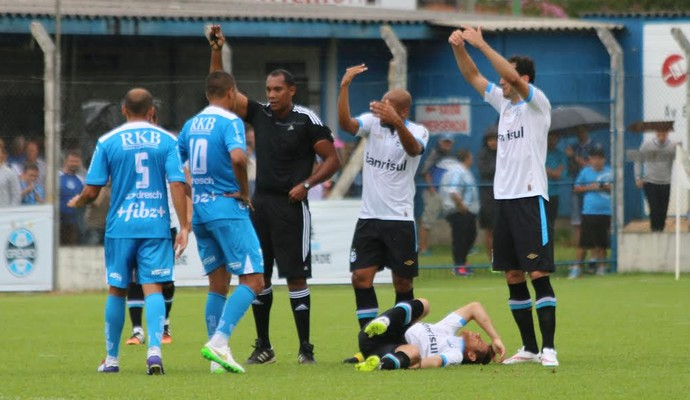 Ramiro se machucou durante amistoso com Novo Hamburgo (Foto: Lucas Rizzatti/GloboEsporte.com)