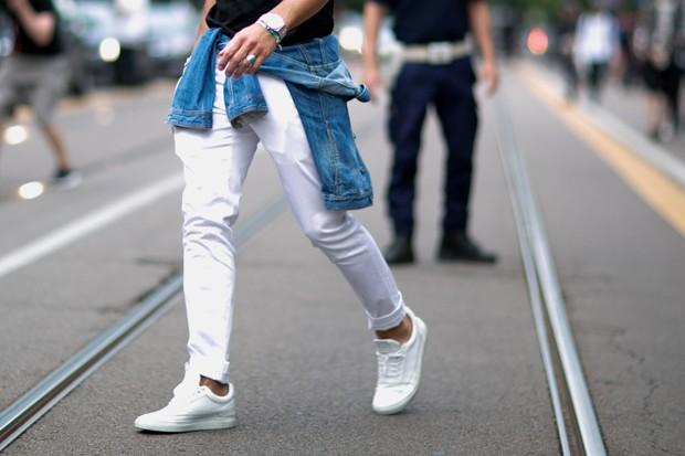 Seus sneakers não precisam parecer novinhos e impecáveis para sempre (Foto: IMAXTREE)