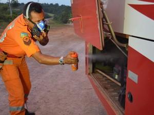 Bombeiros fazem o controle sanitário de carros, ônibus e caminhões (Foto: Cassio Albuquerque/G1)