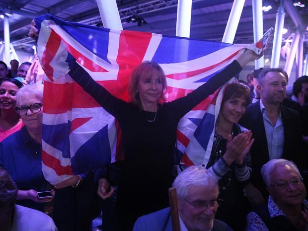Manifestante a favor da 'Brexit' segura bandeira do Reino Unido em Londres (Foto: Neil Hall / Reuters)