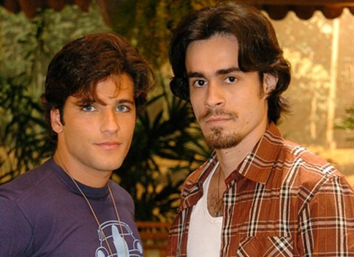 Bruno Gagliasso e Erom Cordeiro posam nos bastidores de 'América' (Foto: Márcio de Souza / TV Globo)