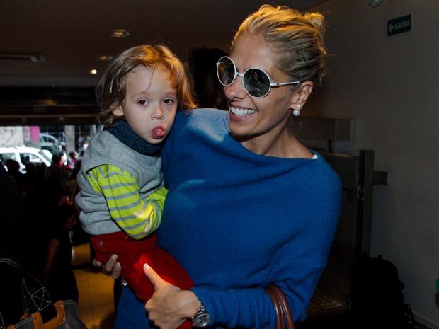 Adriane Galisteu com o filho, Vittorio, em teatro em São Paulo (Foto: Marcos Ribas/ Foto Rio News)